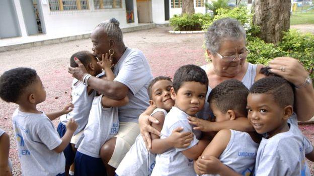 O centro de acolhimento que existe há 29 anos, atende gratuitamente crianças e idosos, visando a melhora de convivência e combater solidão e violência.