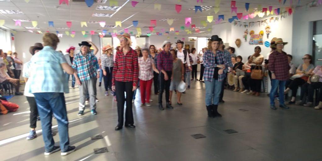 Alunas dançam Quadrilha Ensaiada na Festa Junina do Instituto Pinheiro