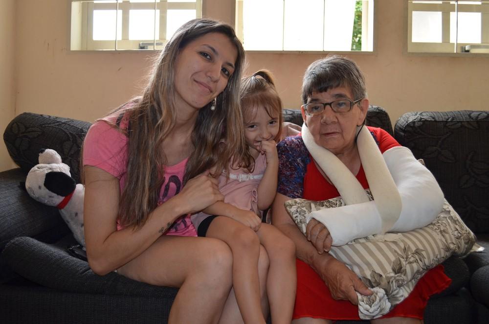Uma idosa de 66 anos que foi adotada há dois anos por uma cuidadora, em Araraquara (SP), conseguiu tirar os documentos e ganhou um sobrenome.