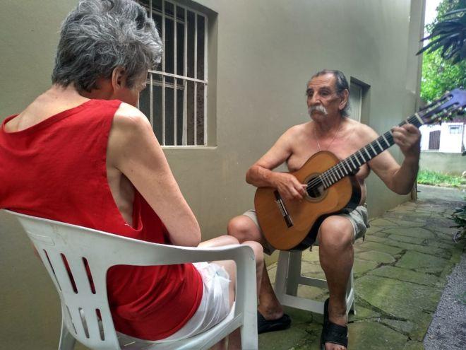 Todas as tardes, o músico Lúcio Yanel, de 72 anos, entoa serenatas para a esposa. Entre uma canção e outra, o artista busca tranquilizar o olhar perdido