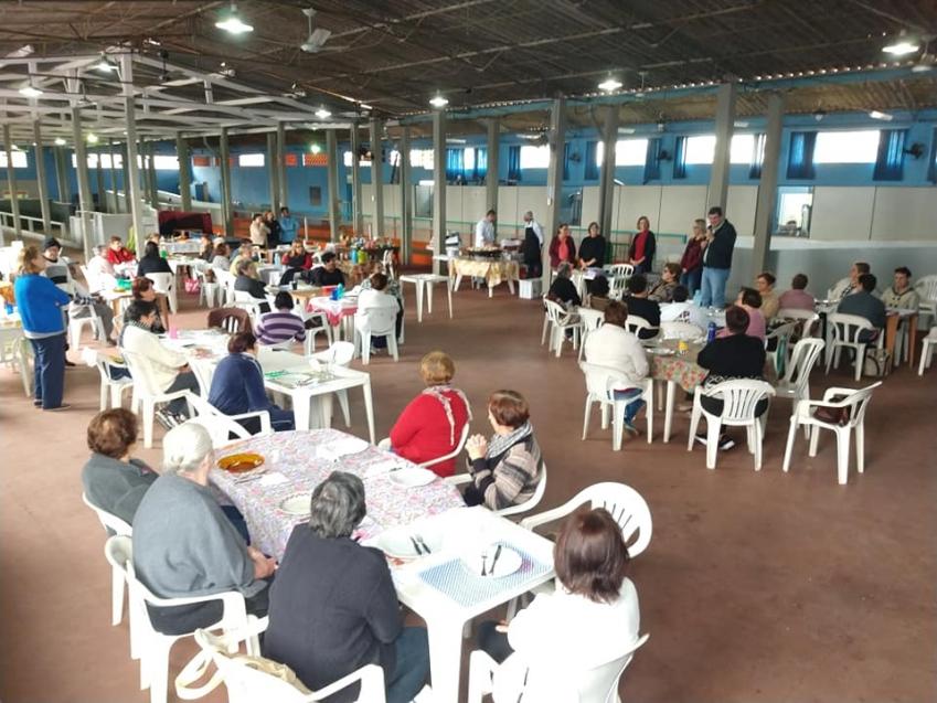 Começou ontem a Semana dos Pais do grupo de idosos em Cordeirópolis. As comemorações começaram com alegria, conversa, homenagens, oração e comida.