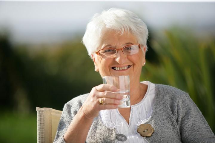 A desidratação é um dos perigos que rondam os idosos nos dias de calor. Normalmente ela provoca dores de cabeça, fadiga e redução do rendimento físico.
