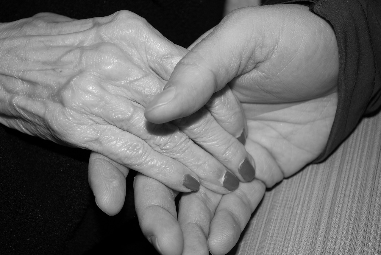 A tarefa do cuidar de um idoso, principalmente se executada por um membro da família, não é tarefa fácil pois soma-se às necessidades de atenção.