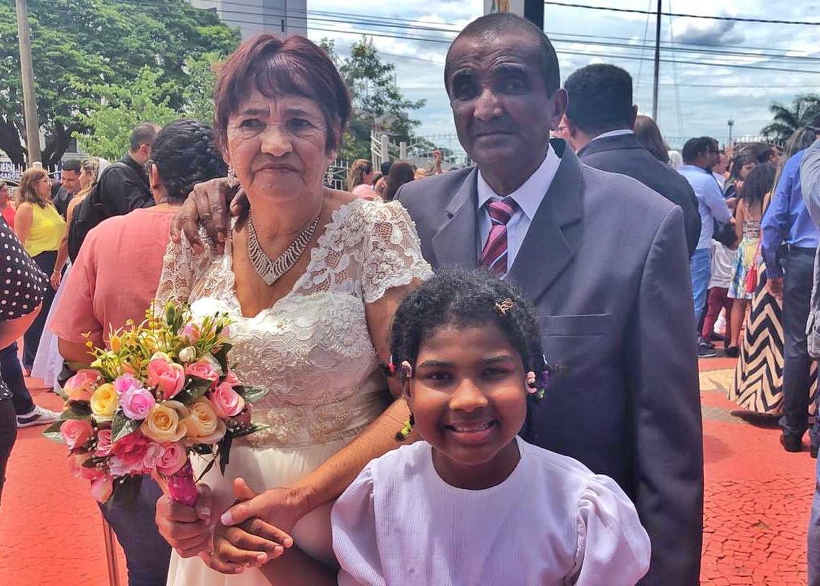 Acompanhada pela neta, ela e o noivo Roberto Silva, de 63 anos, celebraram sua união no religioso na manhã deste sábado (15).
