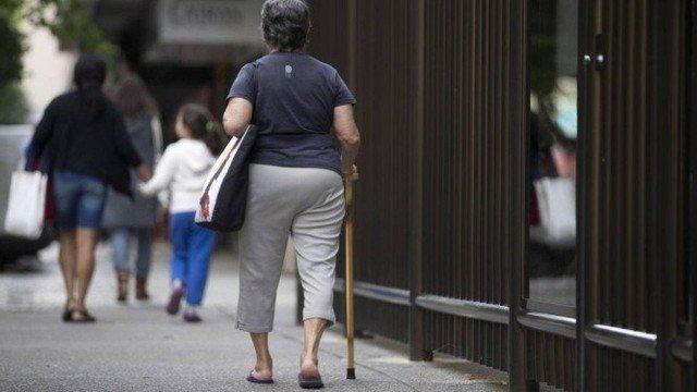 O prefeito Marcelo Crivella sancionou nesta segunda-feira uma lei que reduz de 65 para 60 anos a idade do idoso na cidade do Rio.