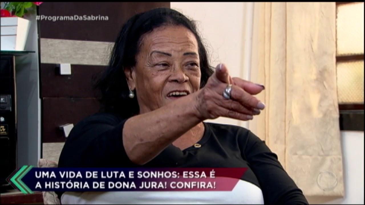 Dona Jura, de 77 anos, decidiu se arriscar na carreira de cantora após sonhar desde jovem. Durante o bate-papo com Sabrina Sato, ela revela que...