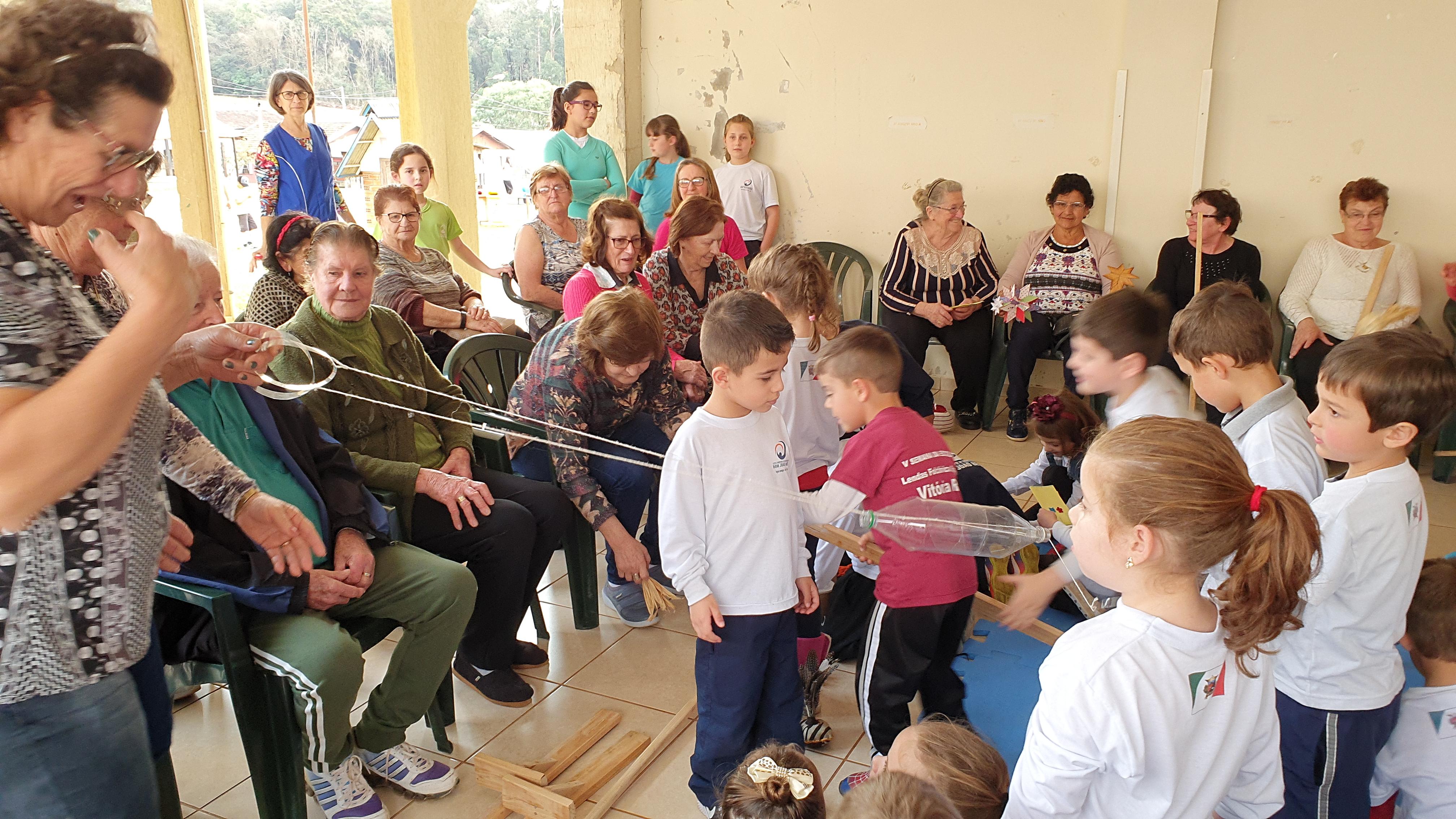 O grupo da Terceira Idade Viver e Amar, estiveram visitando a Escola Dom João Becker para compartilhar brinquedos e brincadeiras que fizeram na infância.