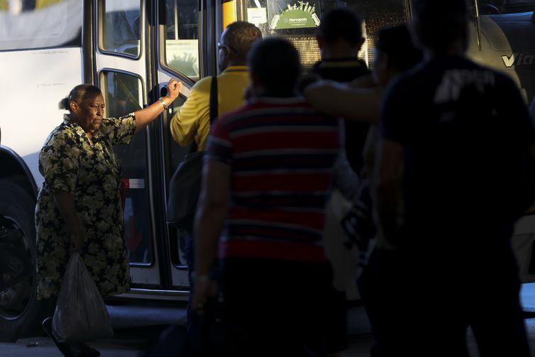 O prefeito do Rio de Janeiro, Marcelo Crivella, sancionou o Projeto, que reduz de 65 para 60 anos a idade em que uma pessoa é considerada idosa.