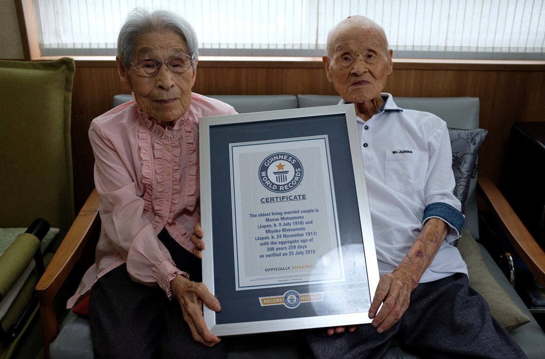Masao Matsumoto, 108, e sua esposa de 100 anos, Miyako, foram reconhecidos como o casal mais velho por idade agregada pelo Guinness World Records.